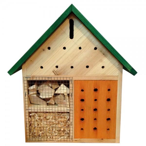Insektenhotel aus Holz gefüllt mit Holz-Materialien